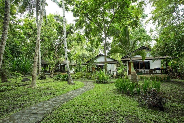 Murex Manado Resort bungalow in tuin