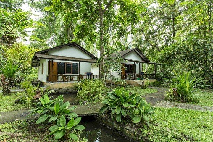 Murex Manado Resort bungalow in tuin