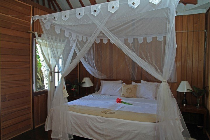 Murex Banga island resort traditionele bungalow