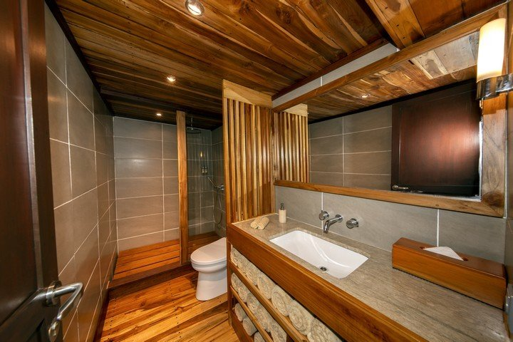 Coralia Master cabin badkamer - Dive and Travel