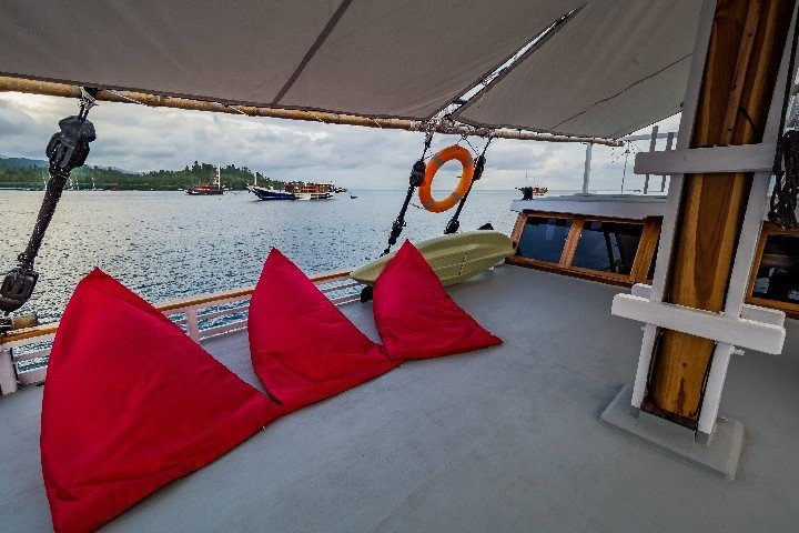 Akomo Isseki Live Aboard zonnedek - Dive and Travel