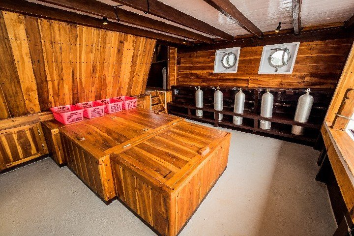 Akomo Isseki Live Aboard duikdek - Dive and Travel