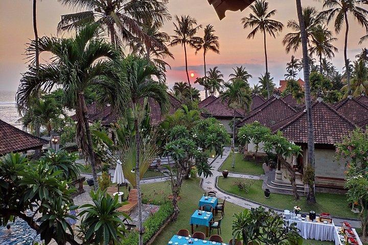 Puri Bagus Candidasa bovenaanzicht tuin tijdens zonsondergang