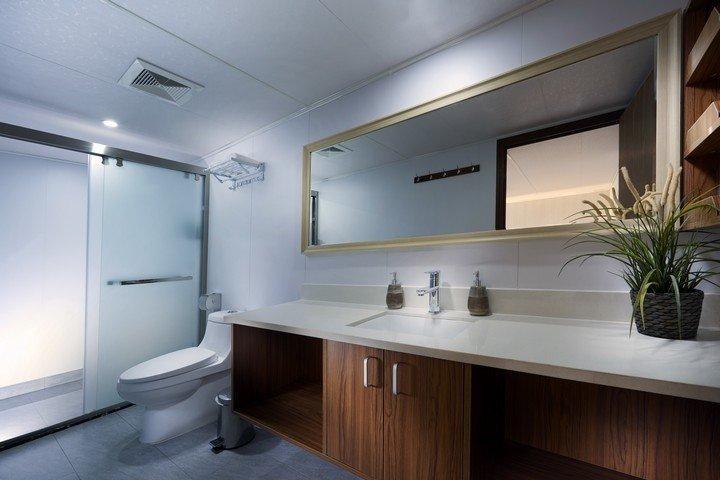 White Manta liveaboard - bathroom cabins 2