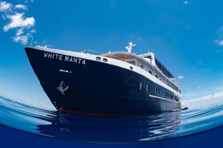 White Manta liveaboard - bow 2